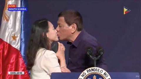 Ông Duterte hôn môi phụ nữ lạ