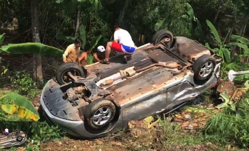 Dân cạy cửa cứu tài xế xe 7 chỗ lật ngửa dưới vực