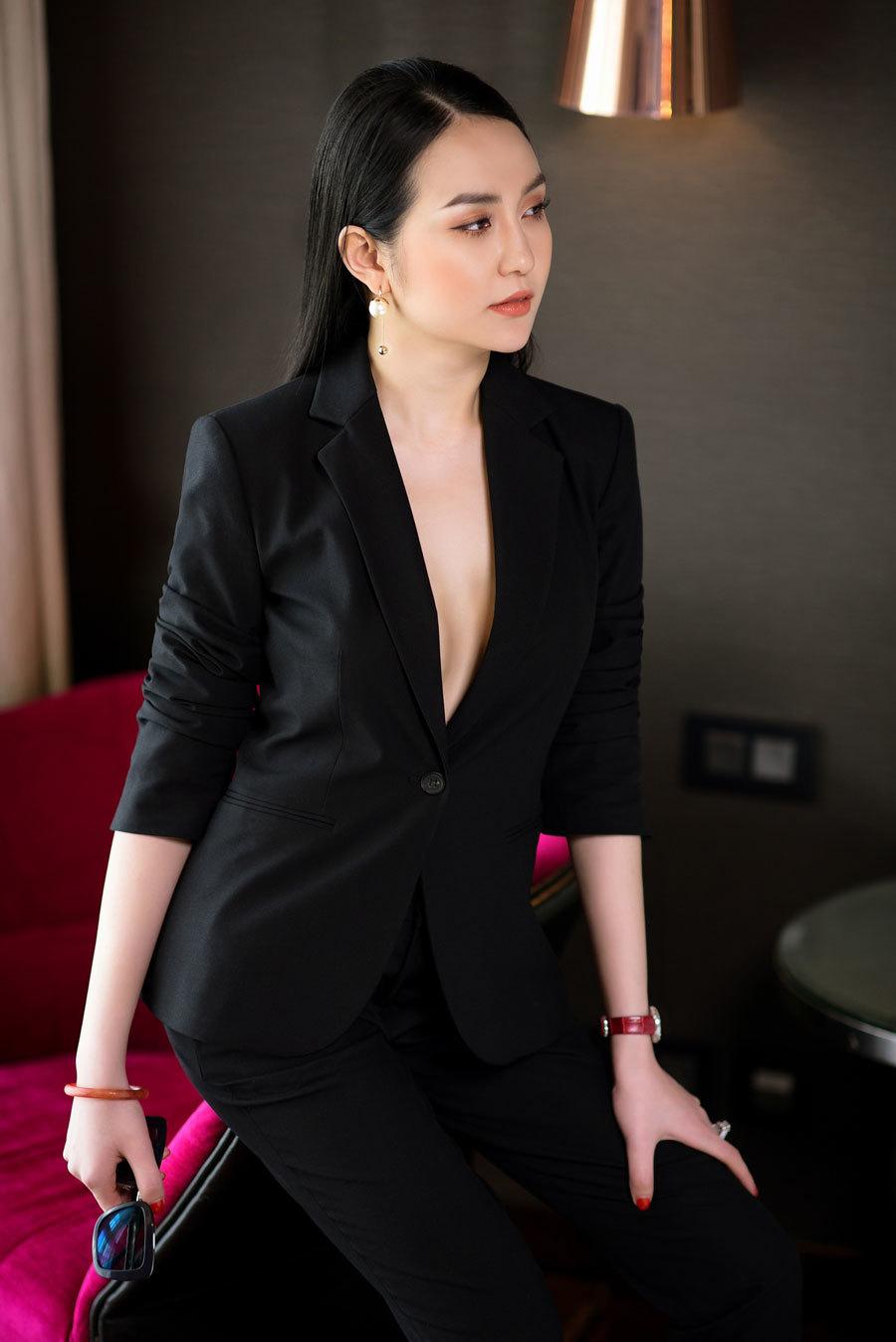 Vợ Tuấn Hưng mặc vest không nội y khoe vòng 1 gợi cảm