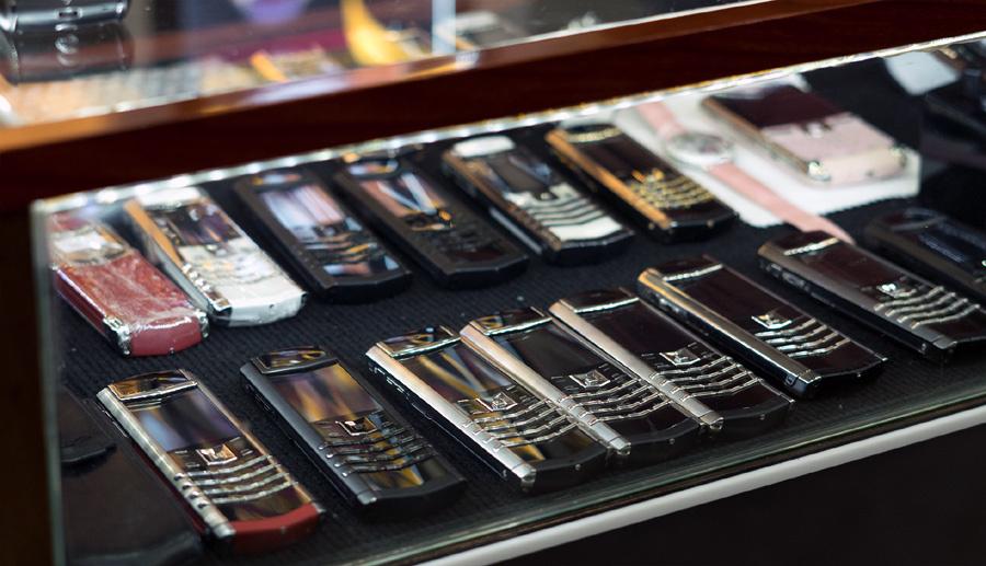 'Tay chơi' Hà Thành sưu tập bộ điện thoại Vertu chục tỷ hiếm có