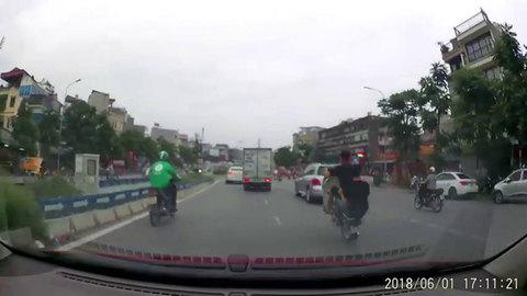 Xác minh 2 thanh niên đi xe máy bốc đầu bị xe tải đâm trong clip gây xôn xao mạng