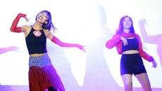 Nam sinh giả Chi Phu nhảy 'Đóa Hoa Hồng' trong đêm nhạc chia tay