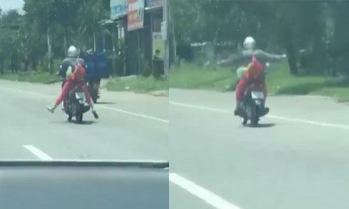 Nữ 'njnia' lái xe máy buông 2 tay tập thể dục