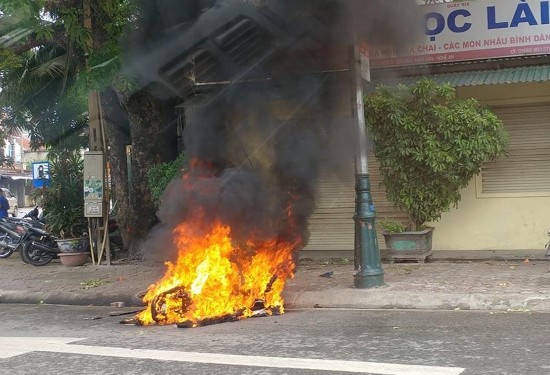 Chạy xe máy lạng lách bị 2 thanh niên đuổi đánh, đốt xe