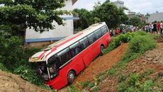 Ô tô chở 22 khách TQ húc tung cổng quán karaoke, chúi đầu xuống rãnh