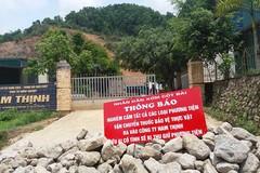 Nghi công ty xả thuốc trừ sâu ra suối, dân đổ đá chặn cổng