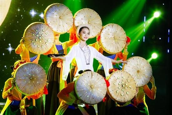Chết cười màn đọ tài 'múa lụa' giữa Cẩm Ly và Ngô Kiến Huy