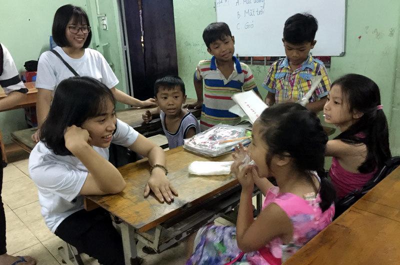 Lớp học 10 trò, 8 thầy cô đến giảng ở Sài Gòn