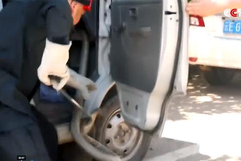Suýt chết vì rắn cực độc chui vào xe