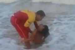 Cứu hộ lao ra biển cứu người bị cá mập đớp 'của quý'