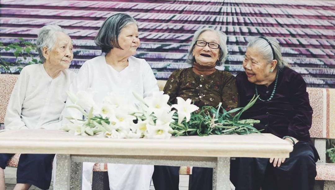 Những cụ bà tuổi 80 ở căn hộ cao cấp, đi xe hơi 'đến lớp' mỗi ngày