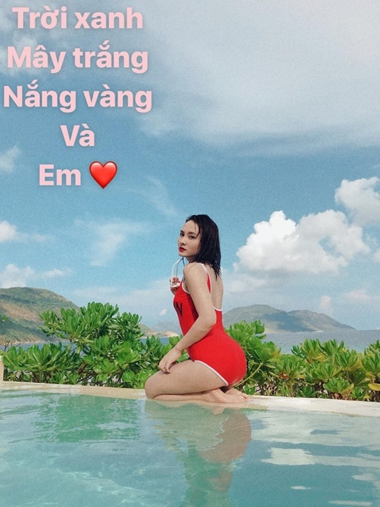 Bảo Thanh mặc bikini đỏ rực bên bể bơi khiến fan phát sốt