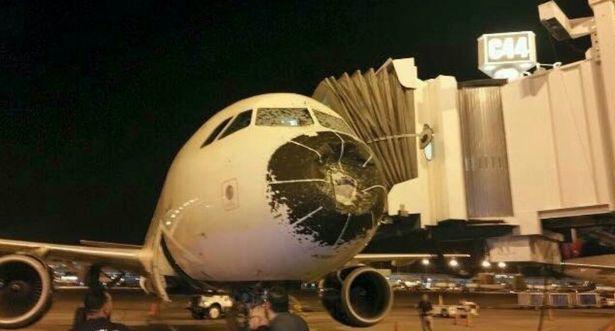 Hành trình khiếp sợ máy bay lao vào tâm bão