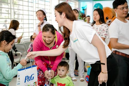 HH Jennifer Phạm trao quà tận tay bệnh nhi TP.HCM