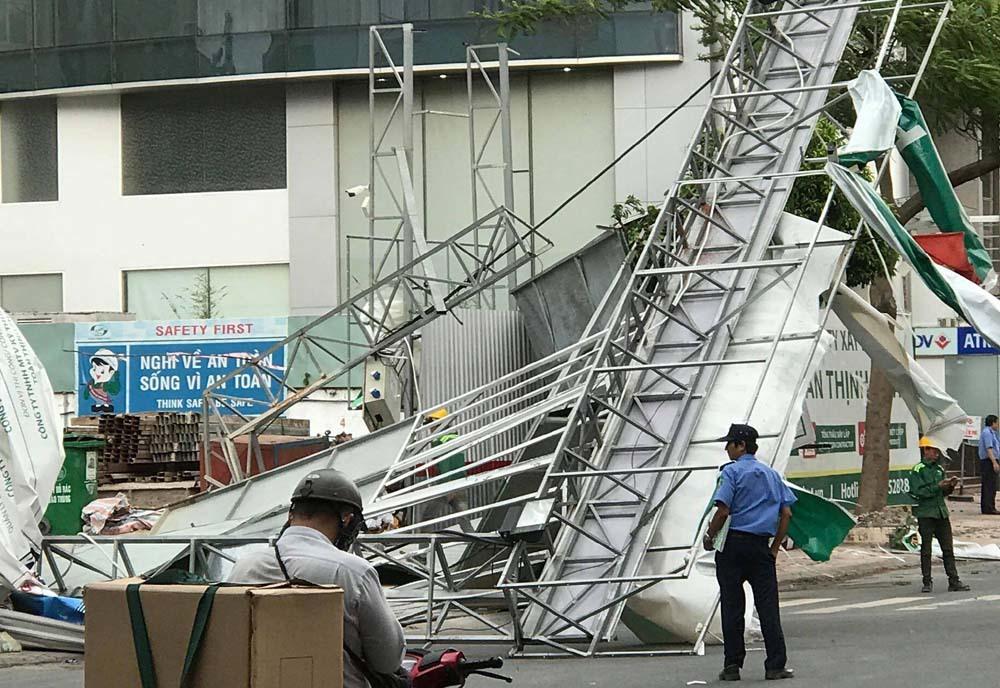 Giông lốc dữ dội cuốn tung biển hiệu, quật đổ cây xanh ở Sài Gòn