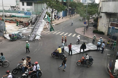 Cơn 'cuồng phong' càn cây ngã, biển hiệu văng tứ tung ở Sài Gòn