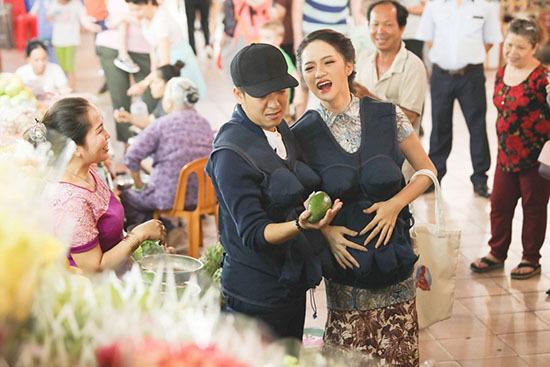 Chết cười với màn đi chợ lầy lội của Hari Won - Trấn Thành