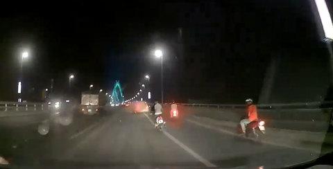 Xe máy phóng như tên lửa, tông đuôi xe tải thảm khốc trên cầu Nhật Tân