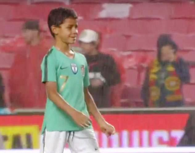 Lác mắt xem con trai Ronaldo lập siêu phẩm 'ngả bàn đèn'