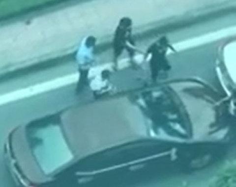 Thấy ô tô đâm mình định bỏ chạy, nhóm thanh niên giẫm lên nóc xe đe dọa