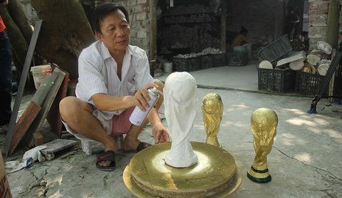 Cúp vàng World Cup: Vợ chồng ngày đêm sản xuất, tây ta tranh nhau mua