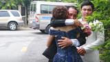 Thấy con khóc nức nở tiễn xe nhà gái trở về, người cha mắt đỏ hoe lao tới ôm con gái