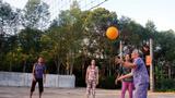 Trận đấu bóng chuyền ngập tràn tiếng cười của các cụ bà