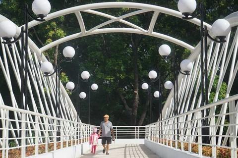 Cầu bộ hành 11,6 tỷgiữacông viên Sài Gòn, dân 'sốc' vì giá quácao