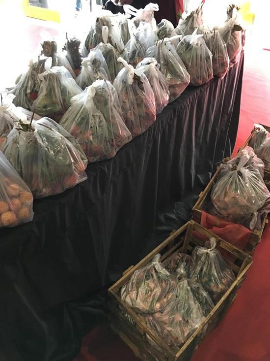 Lam Trường dừng xe mua 200 kg vải ủng hộ nông dân