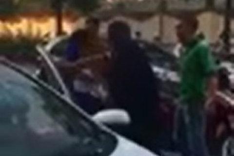 Đâm xe rồi bỏ chạy, tài xế taxi bị nhóm đàn ông đuổi đánh trên phố Hà Nội
