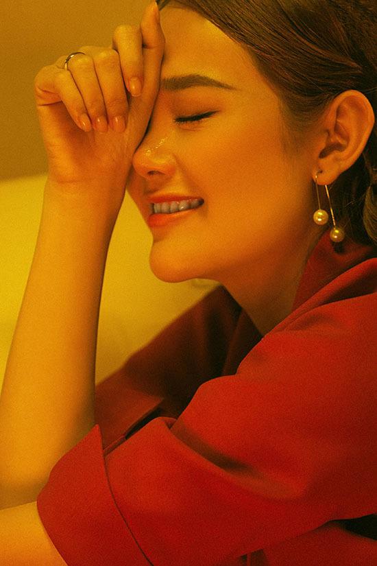 Minh Hằng mặc váy cưới, khóc cạn nước mắt trong MV 'Em xin anh'