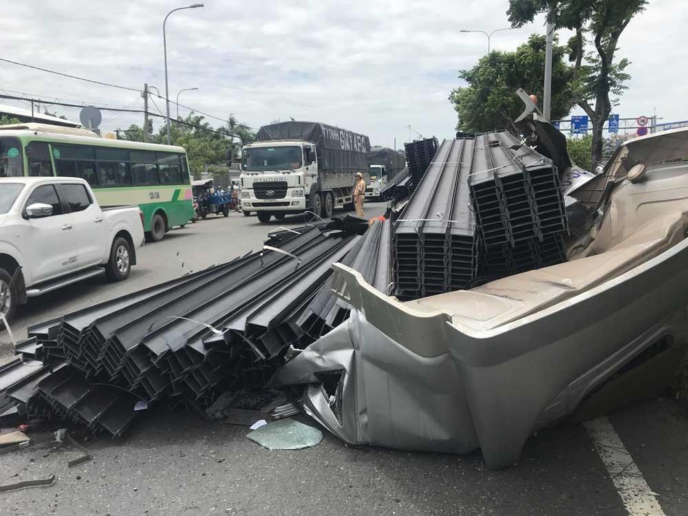 Xe container 'đứt đầu' sau cú phanh gấp, tài xế nguy kịch