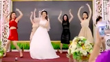 Cô dâu xinh đẹp quẩy tưng bừng trong đám cưới cùng hội bạn thân