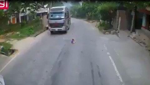 Em bé ngồi chơi giữa quốc lộ khiến tài xế thót tim