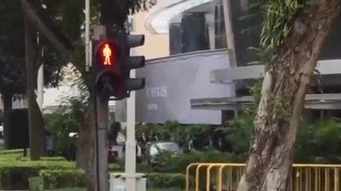Dàn vệ sĩ chạy bộ theo xe chở Kim Jong Un ở Singapore