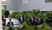 Dàn vệ sĩ vest đen tái xuất, chạy bộ theo xe chở Kim Jong Un ở Singapore