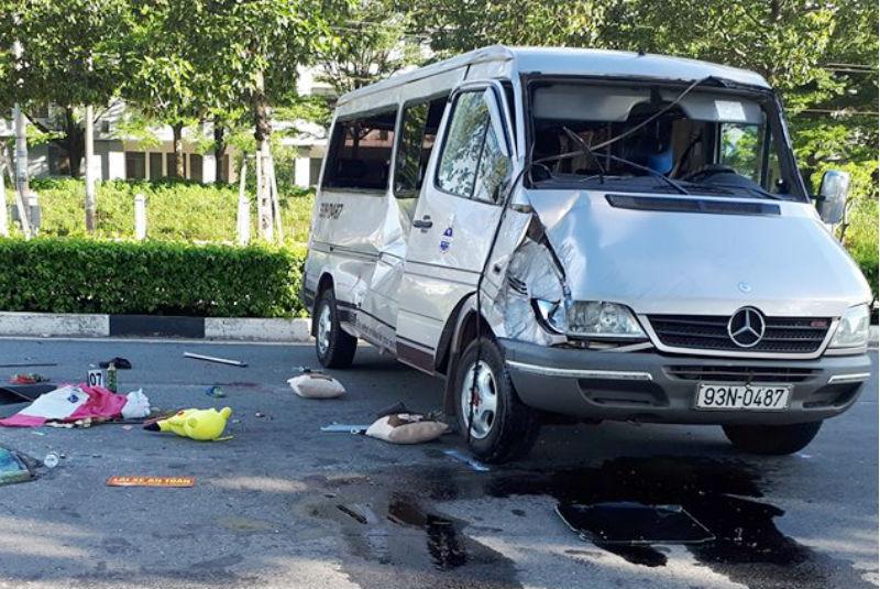 2 xe tông nhau cực mạnh, bé trai tử vong, nhiều người bị thương