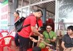 Khách du lịch thích thú khi được phát bao cao su tại Đồ Sơn