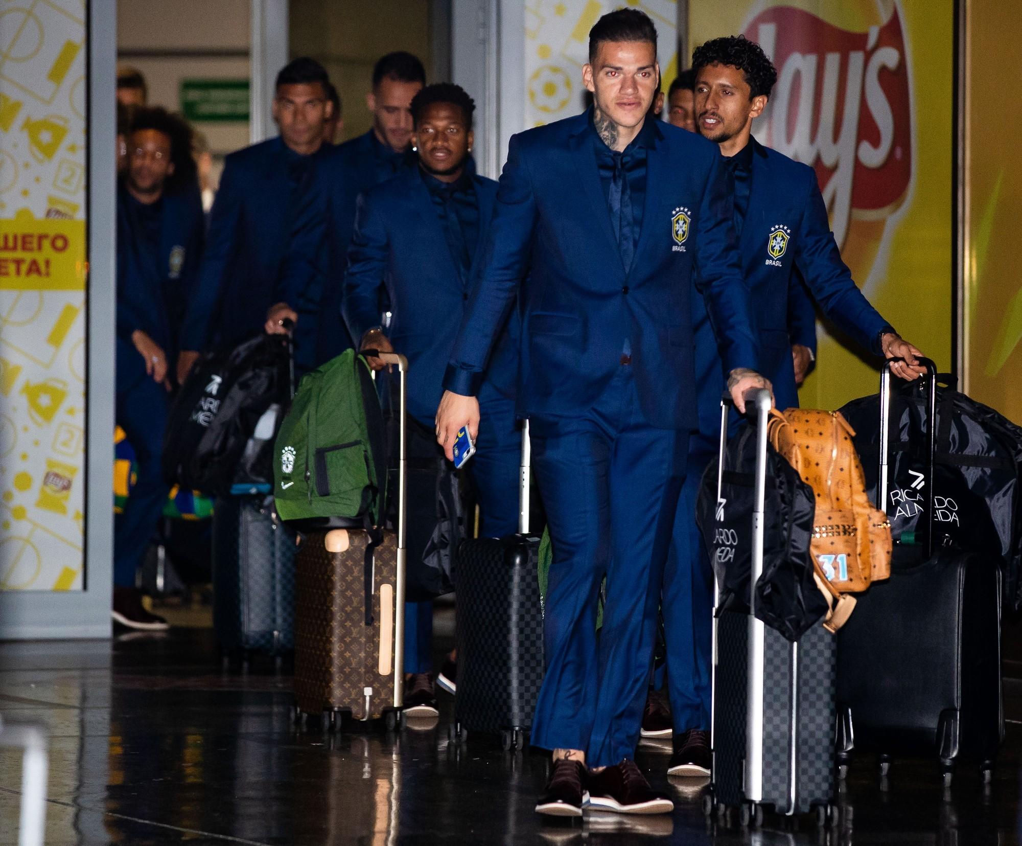 Neymar đẹp như tài tử, cùng Brazil đặt chân đến Nga