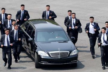Dàn vệ sĩ vest đen chạy bộ bảo vệ Kim Jong Un là ai?