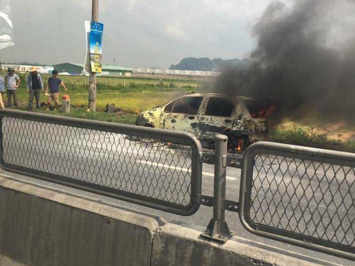Xế hộp đang chạy cháy trơ khung, BMW đột ngột cháy ven đường