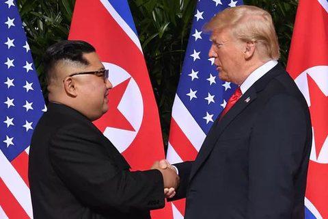 Ông Trump bắt tay KIm Jong Un
