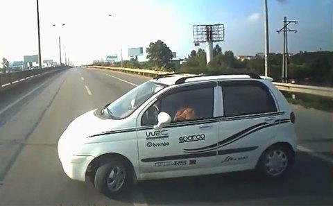 Ô tô 'vô tư' quay đầu chạy ngược chiều, suýt gây họa thảm khốc