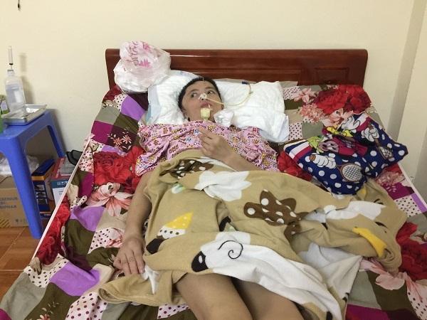 Chồng hàng đêm bốc vác mong cứu vợ tai nạn liệt giường