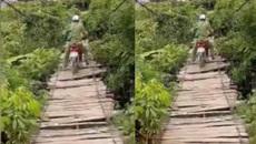 Rùng mình nhìn người đàn ông đi qua cầu treo