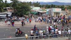 Người quá khích ở Bình Thuận lại gây rối, đốt xe cảnh sát