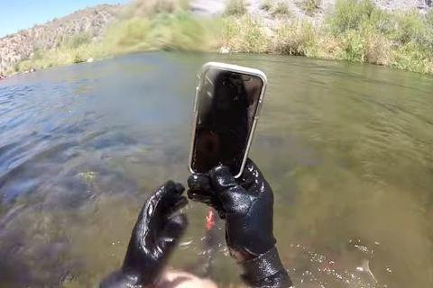 Nhặt iPhone dưới lòng sông