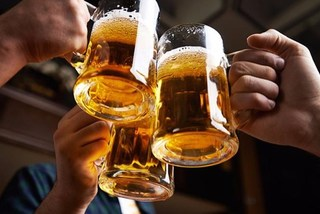 Dân Việt ngày càng chơi sang: Chê bia cỏ, nhậu bia cao cấp