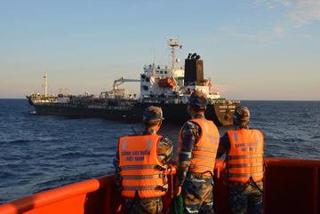 Cảnh sát biển bắt giữ 2 tàu buôn lậu 5 triệu lít dầu