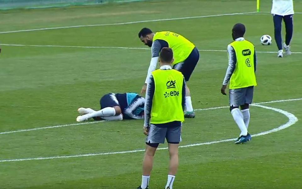 Đồng đội vào bóng ác ý, Mbappe lăn đùng chấn thương